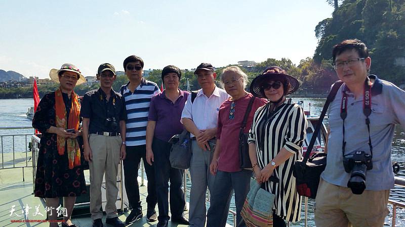 左起:王俊英、王印强、翟洪涛、王惠民、郭凤祥、王金厚、史玉、邵鸿萍在采风写生活动途中