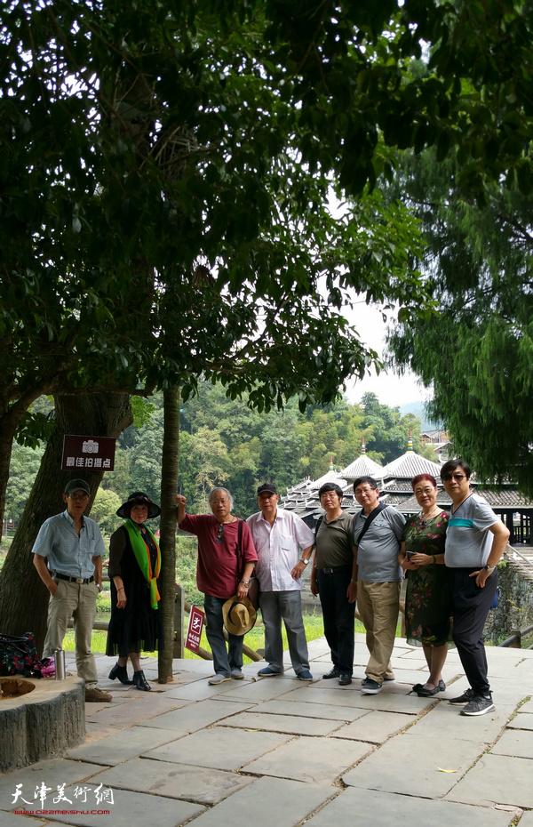左起:王印强、史玉、王金厚、郭凤祥、王惠民、邵鸿萍、王俊英、翟洪涛在采风写生活动途中