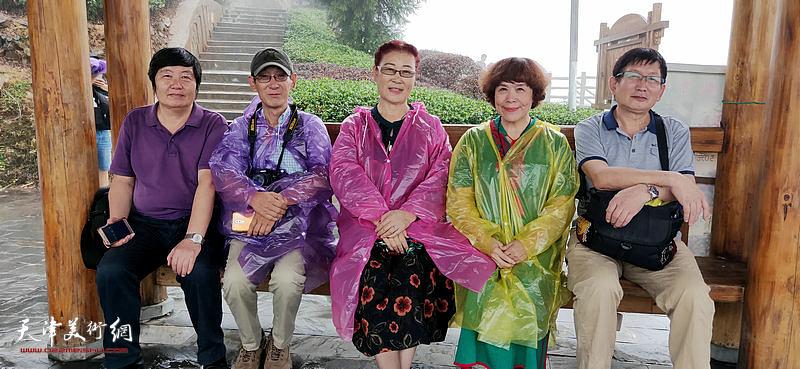 左起:王惠民、王印强、王俊英、史玉、邵鸿萍在采风写生活动途中