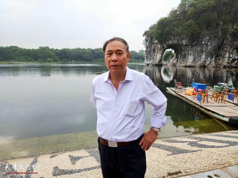 郭凤祥在采风写生活动途中