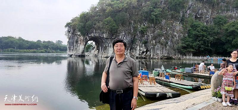 王惠民在采风写生活动途中