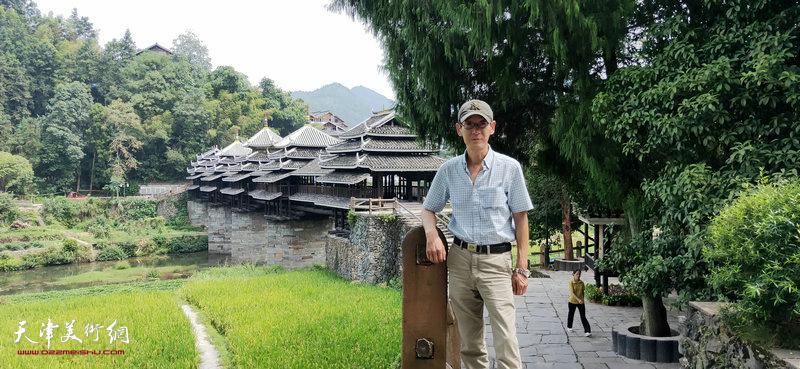 王印强在采风写生活动途中