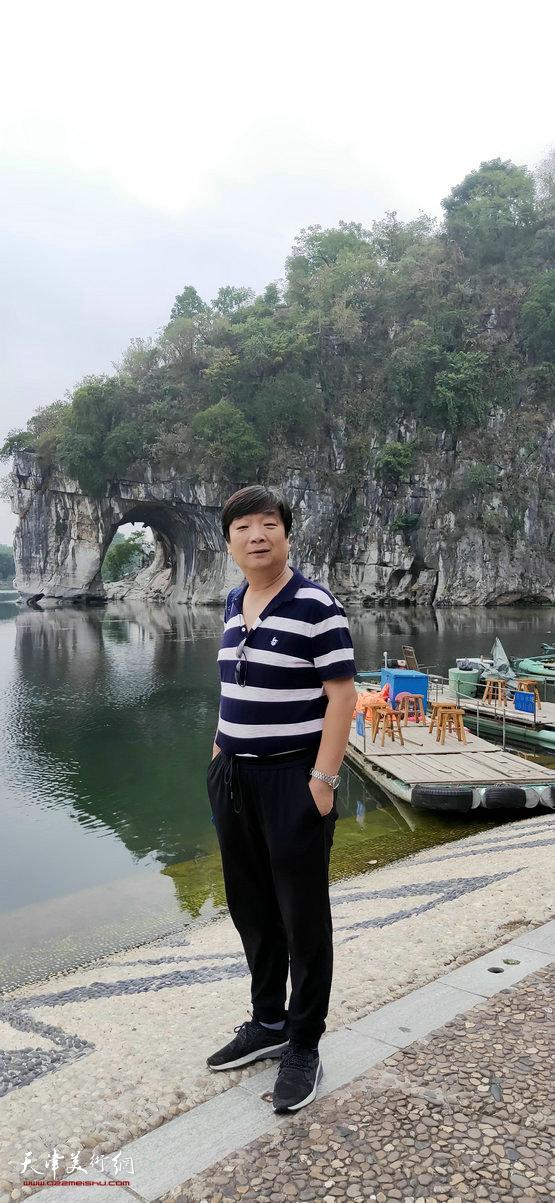 翟洪涛在采风写生活动途中