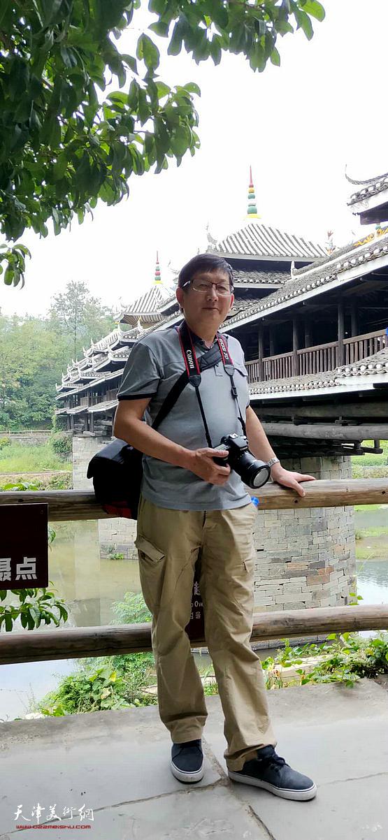 邵鸿萍在采风写生活动途中