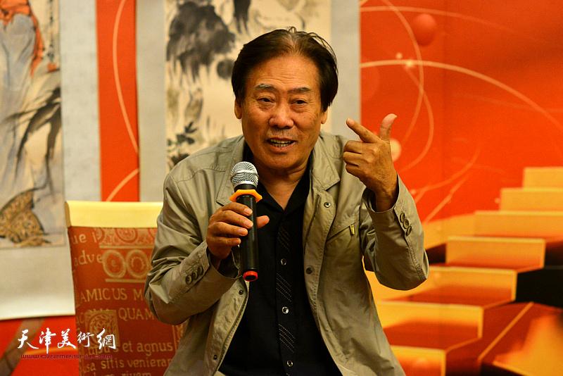 王峰在研讨会上发言。