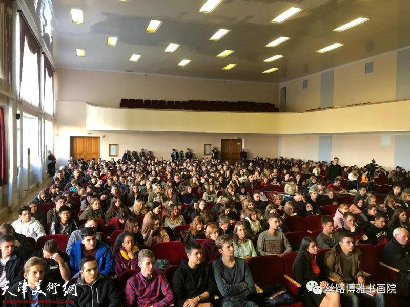 """霍春阳在""""中国画精神的内涵""""讲座现场。"""