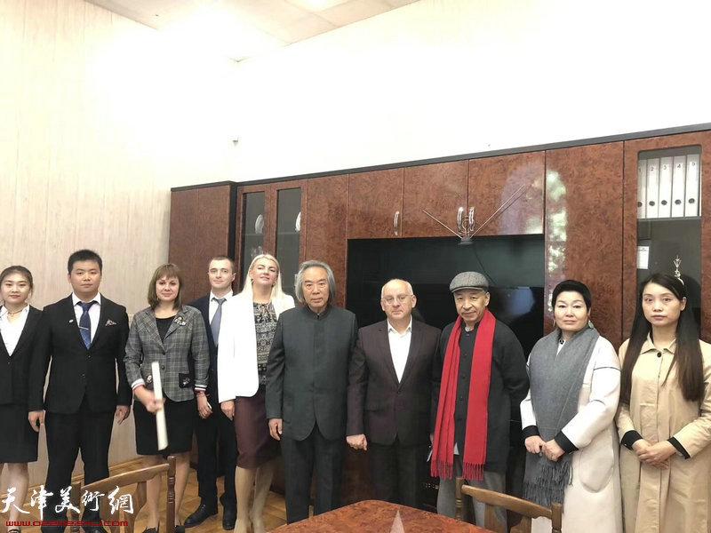 教育部长兼大学校长叶夫格尼•德米特里耶维奇•切尔特夫先生与霍春阳、梅墨生先生进行了中俄关系友好与文化间的交流会谈。