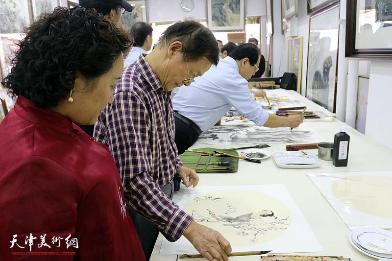 星四艺术沙龙2018最新博彩白菜大全家走进鹤艺轩开展联谊活动