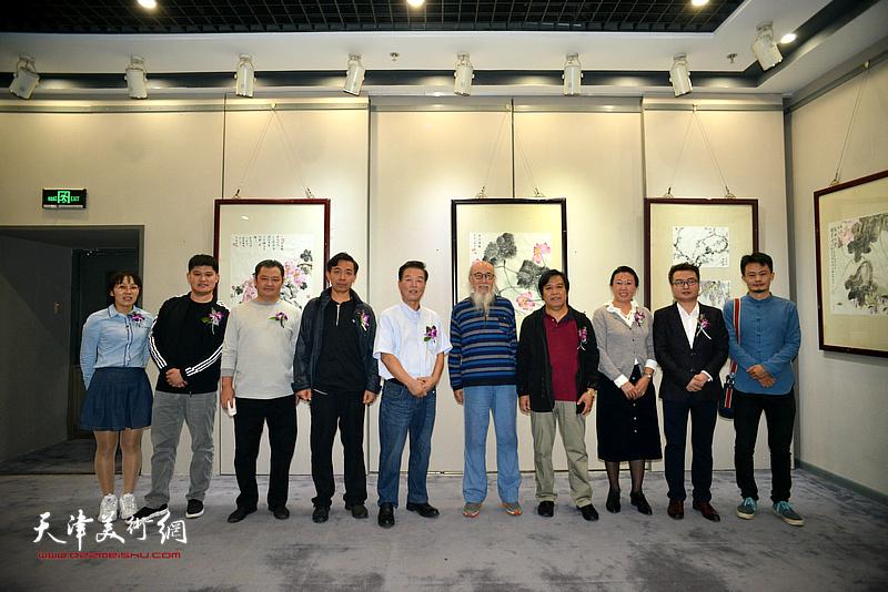 左起:温媛媛、白光、白鹏、赵栗晖、杨建国、张未年、李耀春、元林、赵永夫、程之敬在画展现场。