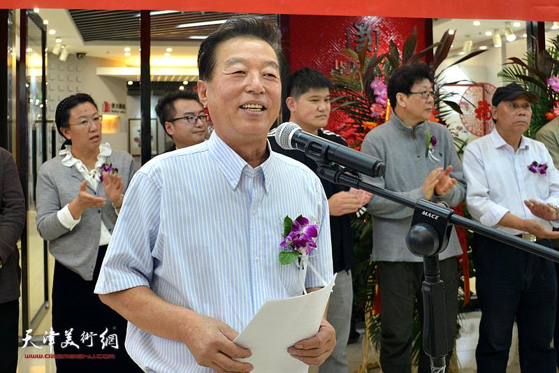 杨建国主持画展开幕仪式。