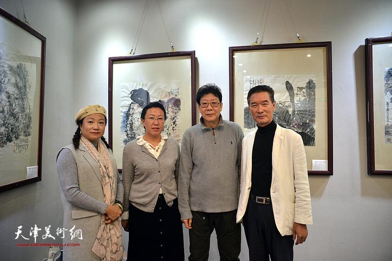左起:王霭馨、元林、晏平、陈之海在画展现场。