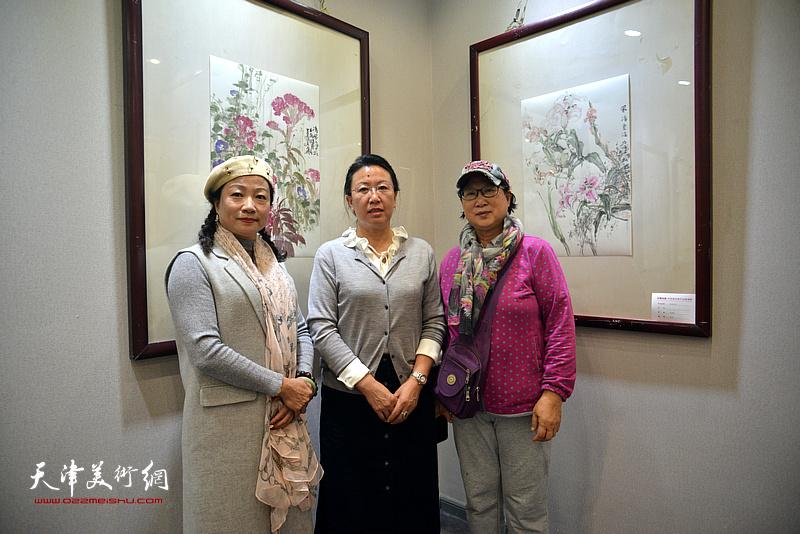 左起:王霭馨、元林、曲燕在画展现场。