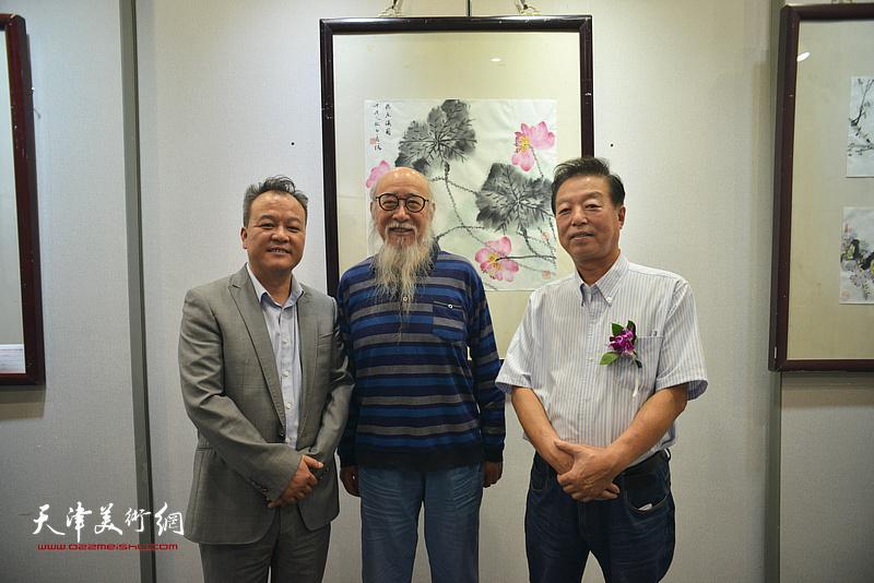 张未年、杨建国、蒋海云在画展现场。