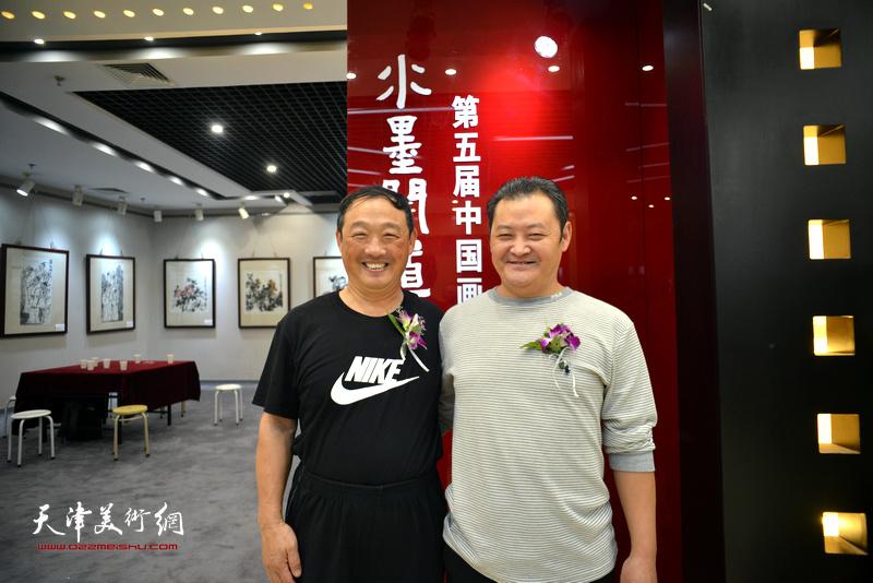 刘志君、白鹏在画展现场。