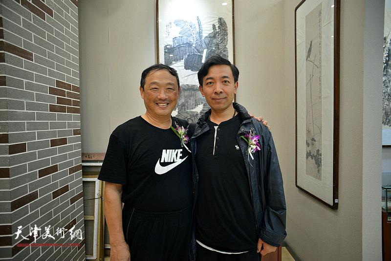刘志君、赵栗晖在画展现场。