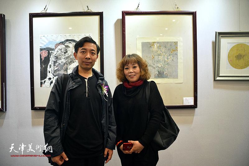 赵栗晖、赵新立在画展现场。