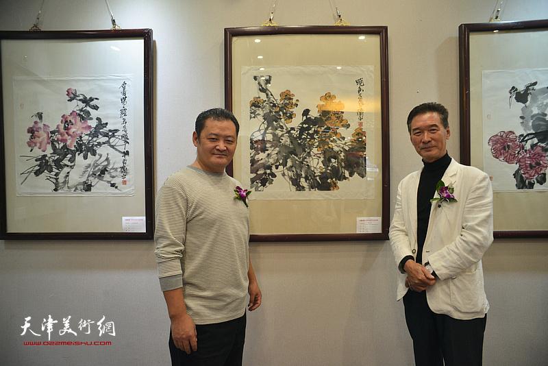 白鹏、陈之海在画展现场。