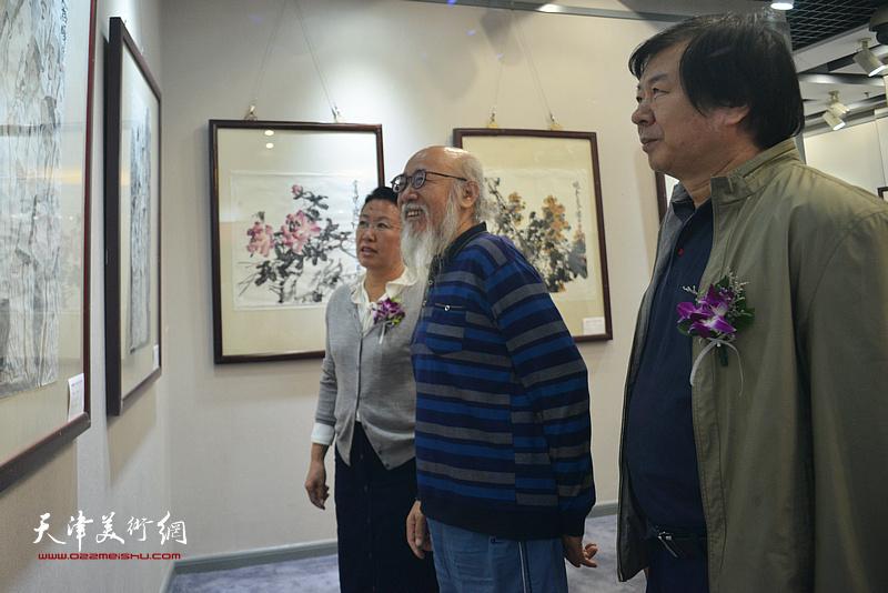 史振岭、张未年、元林在观赏展出的作品。