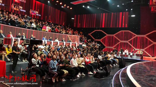 《中国首届相声小品大赛》现场。