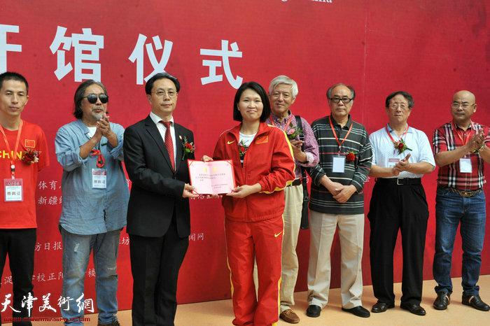 张大功奥林匹克收藏博物馆向林伟宁颁发收藏证书。