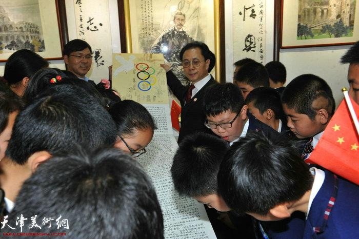 张大功展示他的《情系奥运环球之旅日记》向同学们讲述他宣传奥运的历程