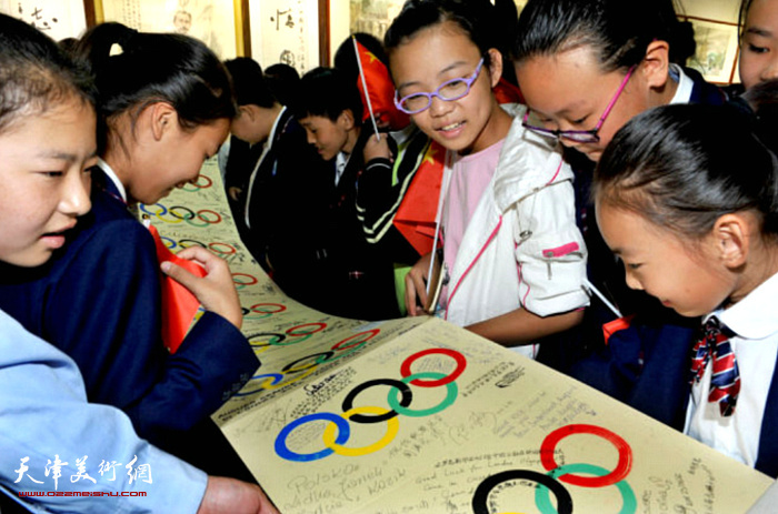 同学们在欣赏《情系奥运环球之旅日记》。