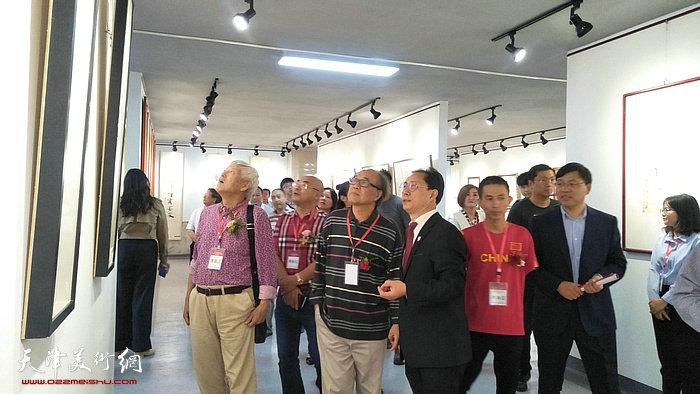 """张大功陪同郭书仁、陆福林观赏""""大功走天下绘画摄影作品展"""""""