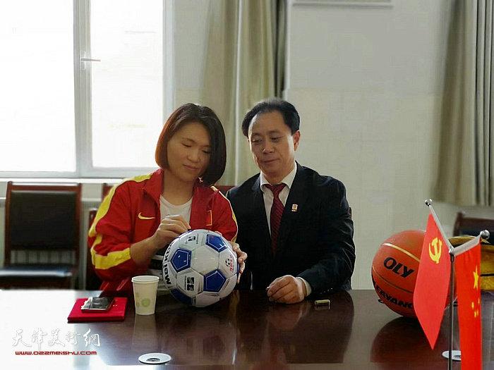 林伟宁向张大功赠送签名足球