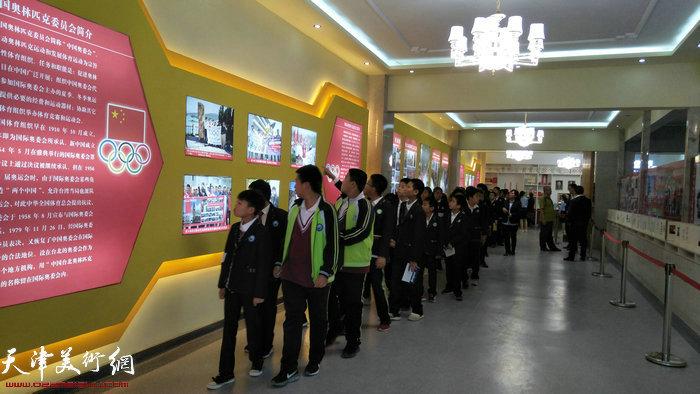 观展的学生们。