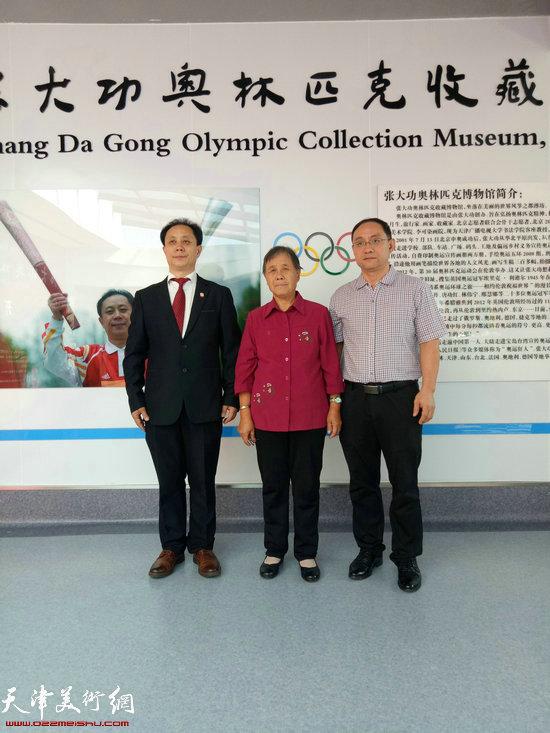 张大功与母亲、弟弟在奥林匹克收藏博物馆开馆现场