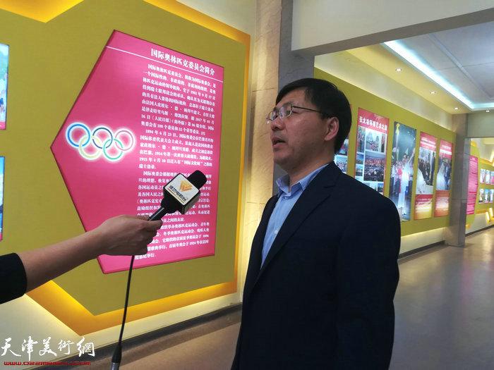 方海华校长接受媒体采访。