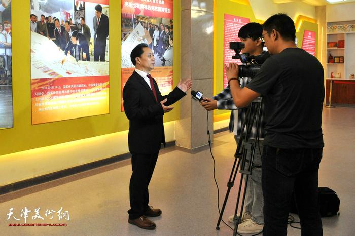 张大功接受媒体采访。