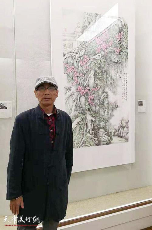 卢炳剑在展出的作品《登楼》前。