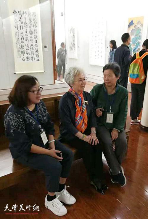 许鸿茹与韩师母在展览现场。