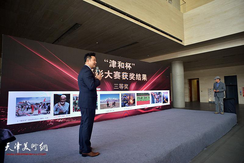 主持人朱懿介绍获奖作品。