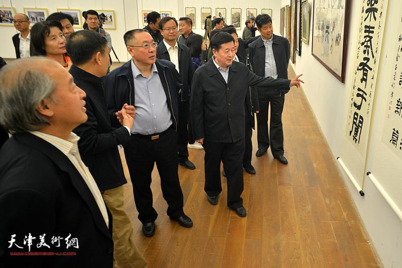 李森阳、刘春雷、万镜明、张建会、王书平、曹建斌等在展览现场观看作品。