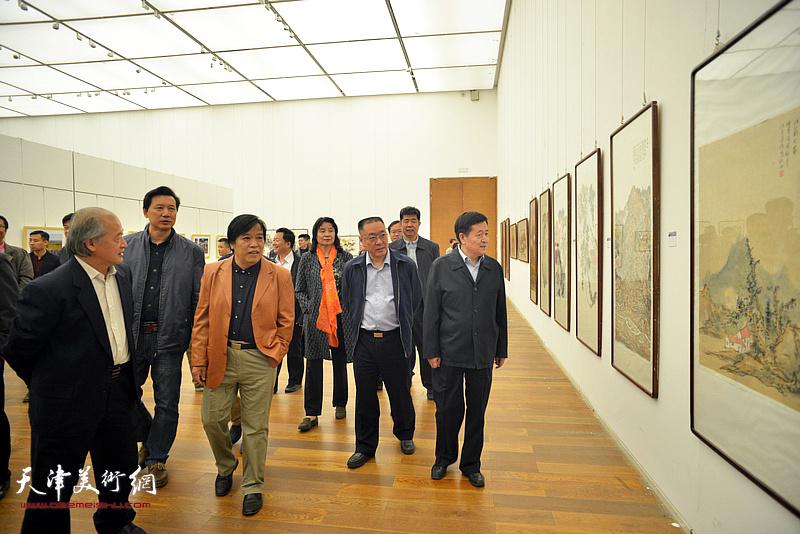 李森阳、王书平、李耀春、曹建斌、张福有等在展览现场观看作品。