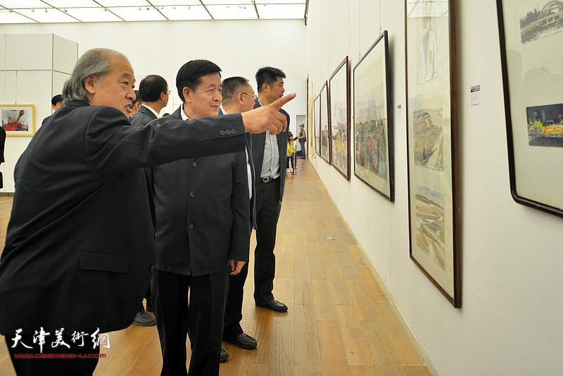 王书平向李森阳介绍展出的作品。