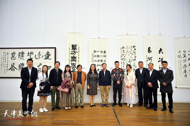 张建会、李耀春、李锋、卢永琇、窦宝铁、沈宪民、杨国欣、朱懿、杨倩等在展览现场。