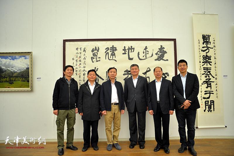左起:沈宪民、曹建斌、张建会、窦宝铁、李锋、杨国欣在展览现场。