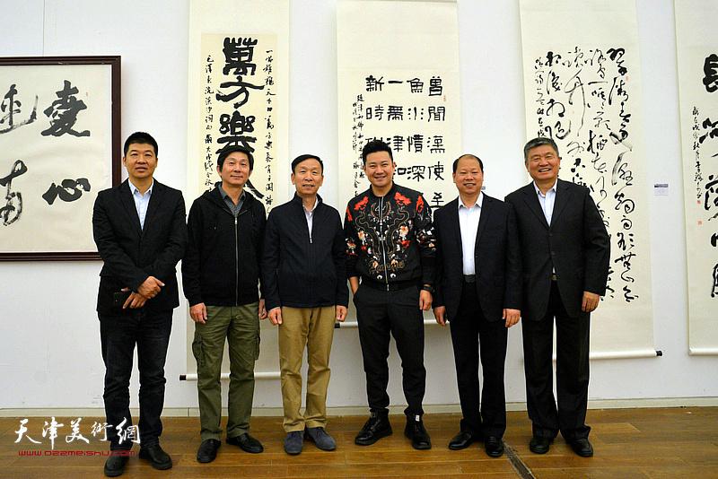 左起:杨国欣、沈宪民、张建会、李锋、窦宝铁、朱懿在展览现场。