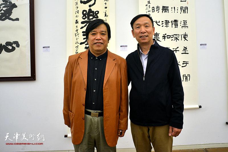 张建会、李耀春在展览现场。