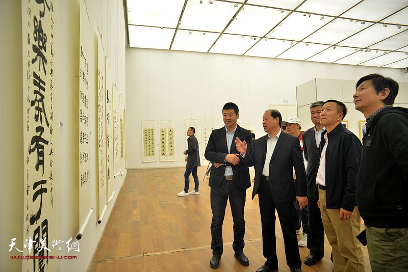 左起:杨国欣、李锋、窦宝铁、张建会、沈宪民在展览现场观看作品。