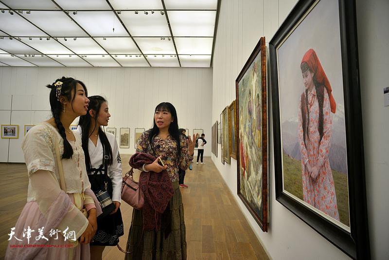 杨倩在展览现场为观众介绍作品。