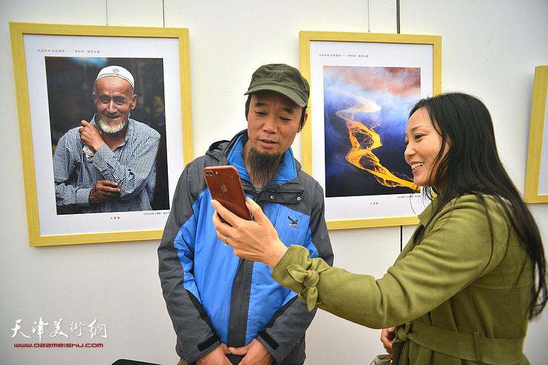 参展作者高云河在展览现场为观众介绍作品。