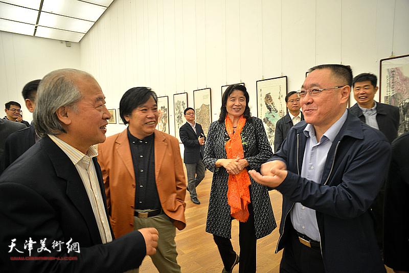 刘春雷、万镜明、王书平、李耀春在展览现交流。