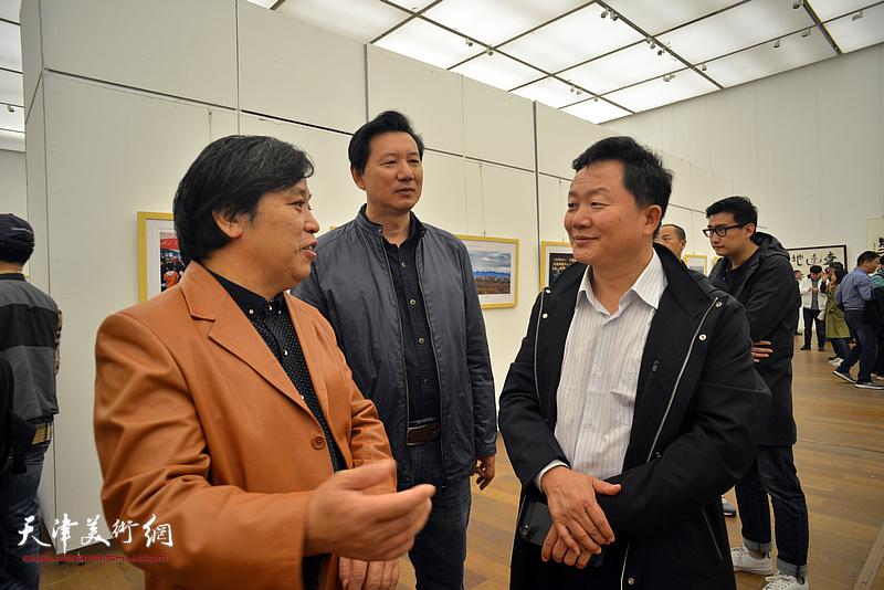 曹建斌、李耀春、张福有在展览现交流。