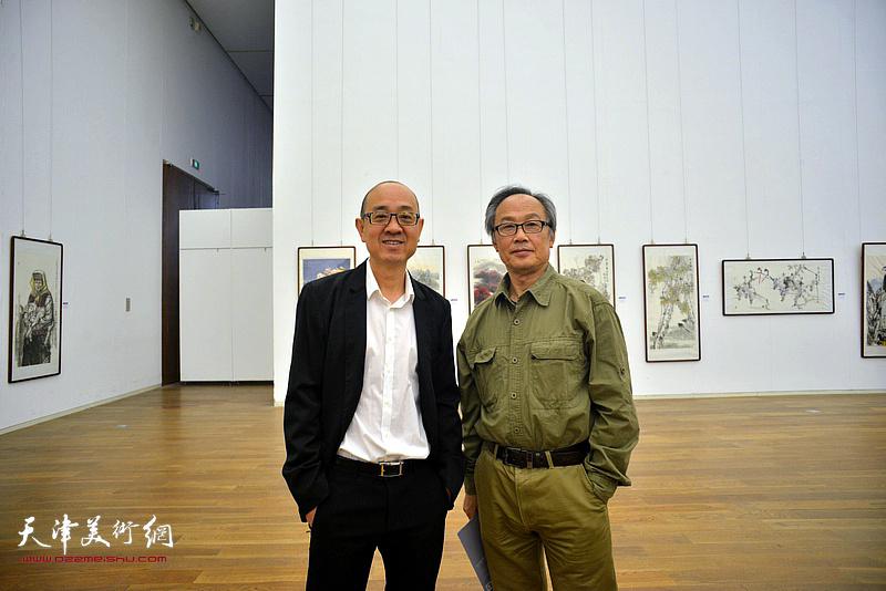 陈福春、马驰在展览现场。