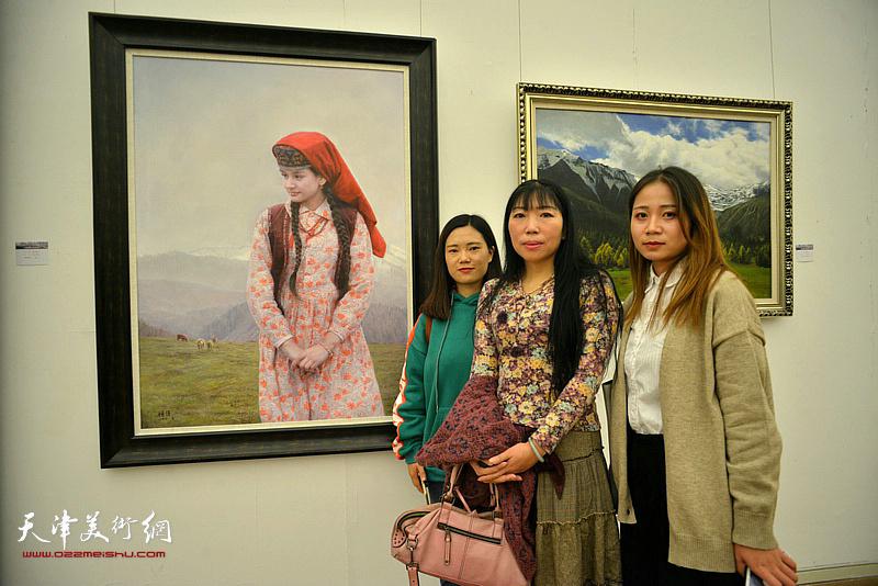 杨倩与观众在展览现场。