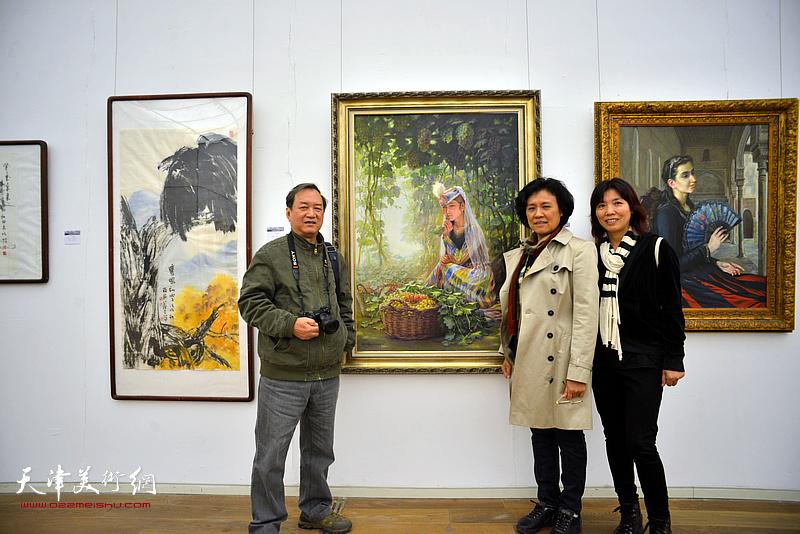 参展作者魏志刚与出版界同仁在展览现场。